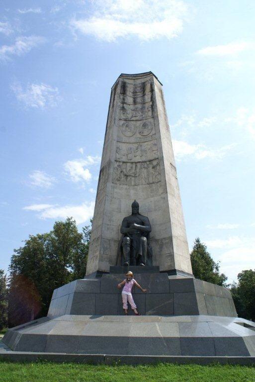 Даниэла Рябичева у памятника дедушки во Владимире, 2007 г.
