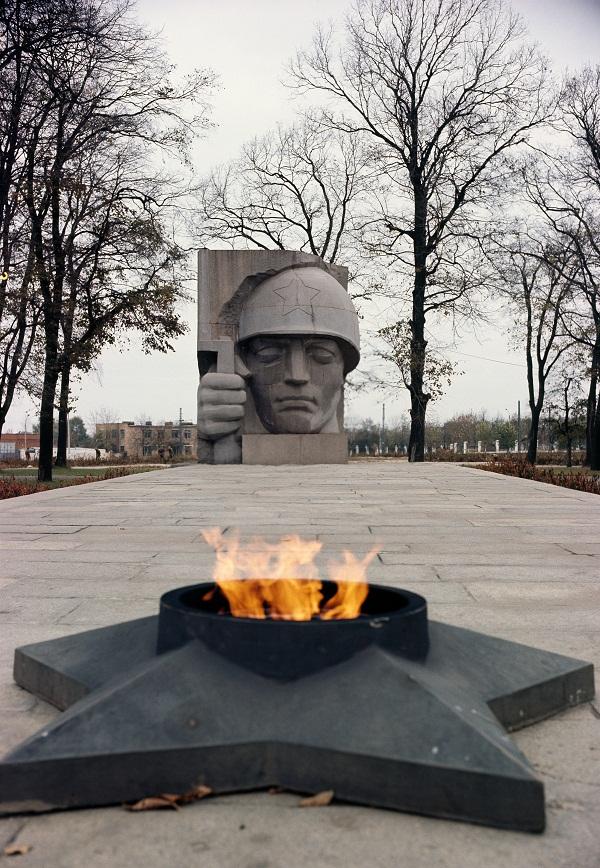 Скульптор  Дмитрий Рябичев Мемориал в Коломне  гранит, 1971 г.