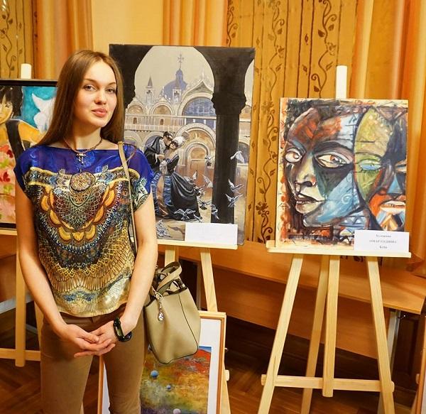 """Даниэла Рябичева на выставке """"С любовью к миру"""" на фоне своей работы."""