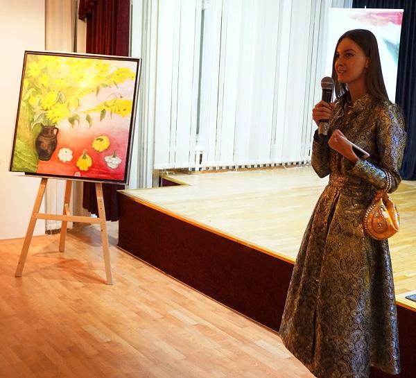 София Загряжская искусствовед, куратор выставки на открытии экспозиции Маргариты Юрковой «Индия, любовь моя!»